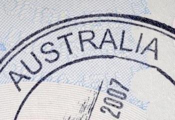 необходимо получить в консульском отделе посольства Австралии визу