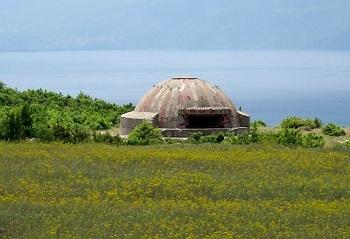 Бункеры Алабнии издалека напоминают летающую тарелку