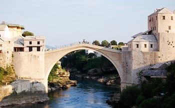 Старый мост в городе Мостар, находящийся под охраной ЮНЕСКО