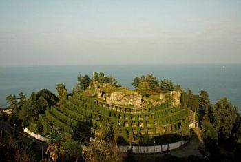 Замок размером с небольшое селение называется Петра