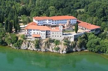 монастырь Святого Наума находится на юго-восточном берегу Охридского озера