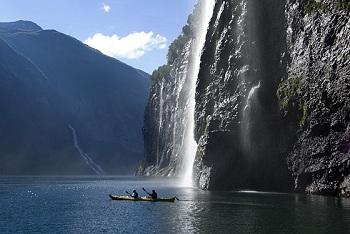 Путешественников привлекают вид величественных скал и блестящие струи водопадов