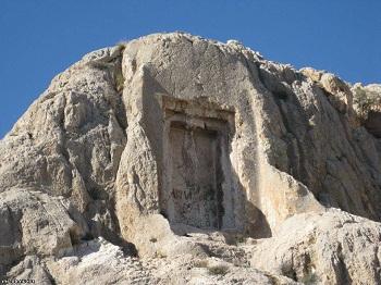 высеченные в камне очертания двери, которую называют Мгери Дур («Дверь Мгера»)