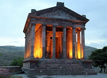 По мнению ученых, в храме Гарни совершались церемонии в честь бога Солнца Митры