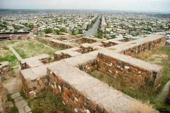Археологические раскопки на месте крепости Эребуни давно прекращены