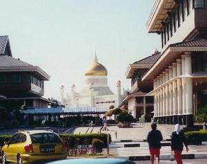 На части побережья острова Калимантан в Юго-Восточной Азии расположился султанат Бруней