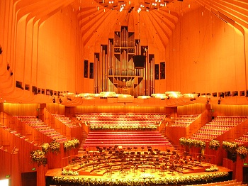 Замечательный орган, спроецированный Рональдом Шарпом, талантливым Сиднейским мастером, находится за галереями оркестра и хора