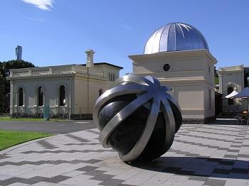 Старинная обсерватория (создана в 19 веке) оборудована всем необходимым для наблюдений за ночным небом