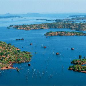 Вниз по течению от Водопада Виктории расположено одно из крупнейших рукотворных озер в мире – озеро Кариба