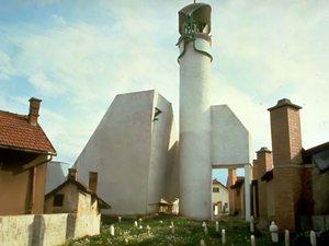 Освещение и обстановка интерьера, хотя и современные, в точности сохраняют традиционную атмосферу мечети