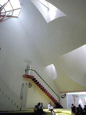 Белая Мечеть Шерефудина расположена в центре города Високо