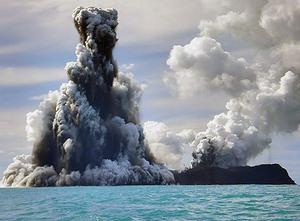 Острова, расположенные вдоль западной границы архипелага, представляют собой возвышающиеся над поверхностью воды вулканические конусы