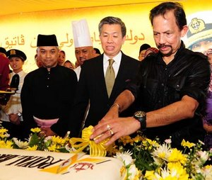 Более же торжественного повода надеть ордена, чем день рождения султана Хассанала Болкиаха, в стране нет