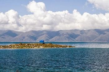 изумрудное озеро Севан