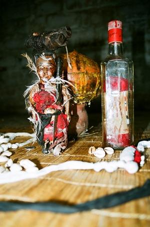 истыканные иглами деревянные куклы, олицетворяющие врага, придумали тоже в Бенине