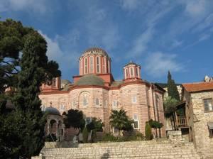 Он расположен на южных склонах горы Vodno, в каштановом лесу, в непосредственной близости от столицы Македонии