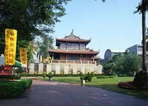 В городе около двух сотен храмов