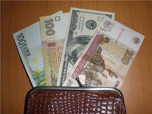 Евро, доллары, рубли...лучше обменивать в банках