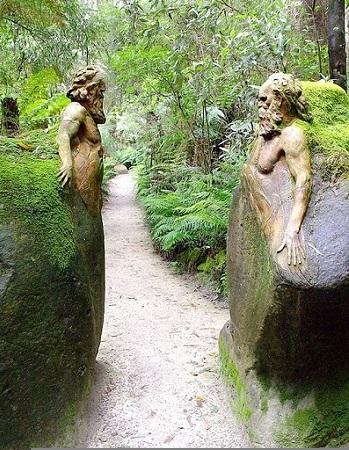 """керамические скульптуры, которые изображают жизнь аборигенов времён """"золотого века"""" в заповеднике William Ricketts Sanctuary (Уильяма Рикеттса)."""