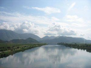 Река Неретва, которая течет 230 км через Боснию и Герцеговину в Хорватию