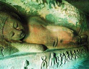 Вырубленный в скалах буддийский монастырь