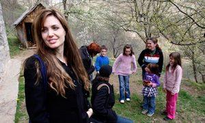 Впоследствии Джоли уточнила, что главным героям, разлученным войной, предстоит встретиться в лагере для военнопленных