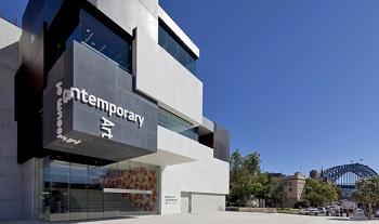 здание музея поражает монолитностью и простотой громоздкого величия