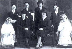 Эва-Мария (на коленях слева) после первого причастия в кругу семьи