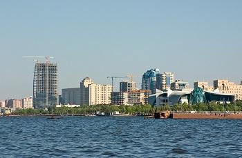 Баку расположен на берегу Каспийского моря
