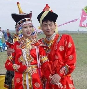 Жених и невеста на монгольской свадьбе