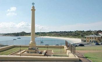 на побережье Сиднея возведена каменная стела, которую возвели в честь французского мореплавателя Жана Франсуа Галло де Лаперуза