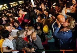 Около 14 000 человек побили мировой рекорд по поцелуям в боснийском городе Тузла
