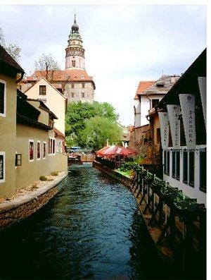 ...можно увидеть россыпь средневековых переулков Чешского Крумлова и громаду его замка, возвышающегося над рекой.