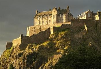 Эдинбургский замок стоит на скале
