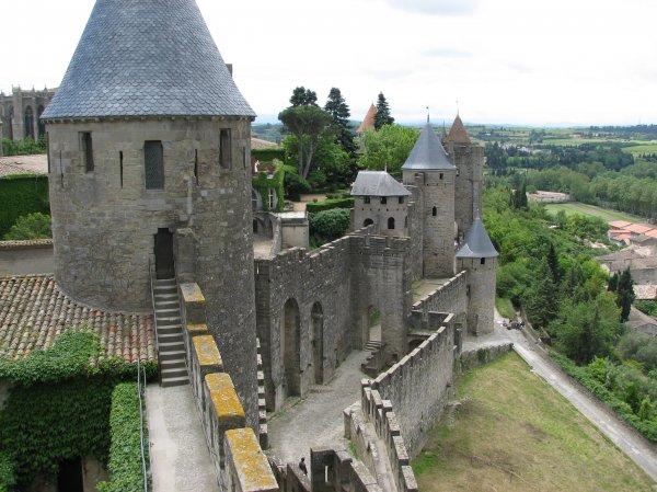 Хотя внешне замок выглядит как будто переживший множество сражений замок веков.