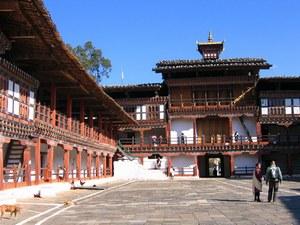 Большой монастырь Гантей Гомпа школы ньингма находится высоко - выше 3000 метров