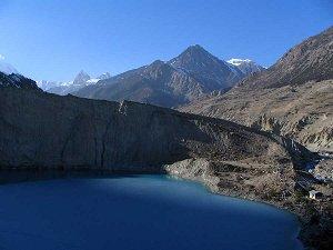 горное озеро у подножия Анд