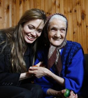Голливудская пара Брэд Питт и Анджелина Джоли боснийские поселения беженцев