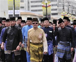 В Брунее 380 тысяч взрослых жителей и большая часть из них трудится в госсекторе