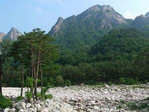В окрестностях города Сокчхо находится национальный парк Сораксан