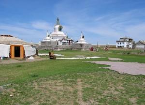 В Монголии практиковались различные виды погребений: кремация, бальзамирование, погружение в воду, «небесные похороны»
