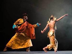 На подиуме показываются первые монгольские красавицы