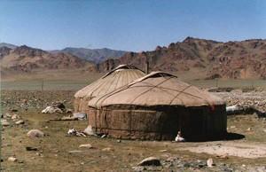 Юрты монголов в степи
