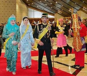 Население султаната, не достигающее и 380 тысяч человек, восприняло решение первого лица страны с энтузиазмом