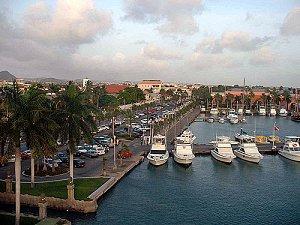 Главный морской порт острова — Ораньестад