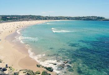 Бонди-Бич – это своеобразная мекка для любителей серфинга и солнечных ванн