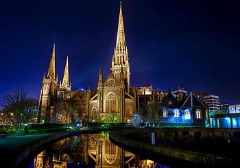 Собор St Patrick's Cathedral строили из специальных блоков голубоватого камня
