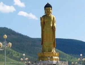 Статуя стоящего Будды на холме Богдо
