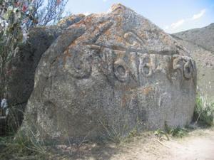 В Тамгинском ущелье на южном берегу Иссык-Куля находятся известные камни Тамга-таш