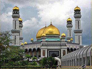 Мечеть Хассанала Болкиаха, купол которой покрыт 24-каратным золотом